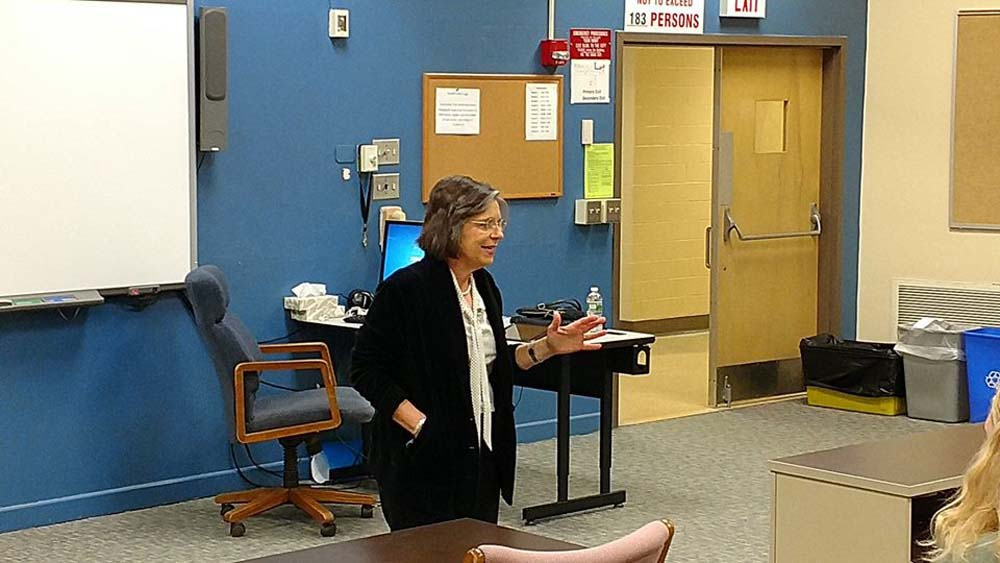 October 28, 2016 – Assemblywoman Lupardo speaks with Maine-Endwell High School students and challenges them to help make our community a better place to live.